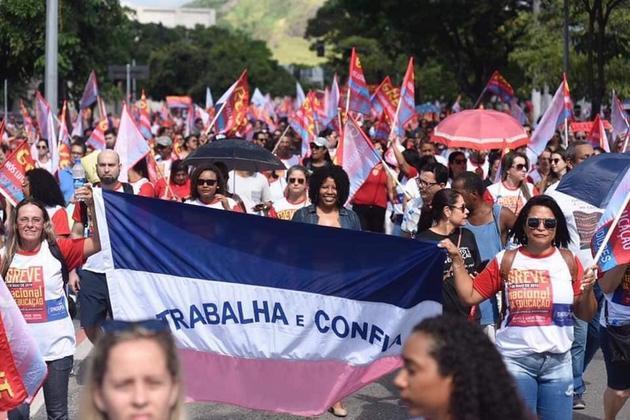 """Las mujeres son la vanguardia opositora al presidente de Brasil, Jair Bolsonaro, desde antes de su llegada al poder, y tuvieron también un papel protagonista en las protestas del 15 de mayo por sus """"ataques"""" a la educación pública, como sucedió en la marcha en la ciudad suroriental de Vitória. Crédito: PT"""