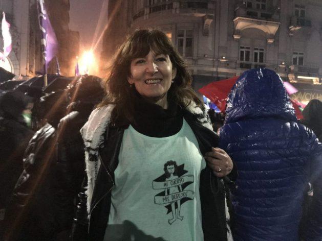 """Una manifestante en Buenos Aires porta una camiseta con el lema """"mi cuerpo, mis derechos"""", una de las consignas de la llamada marea verde, el color adoptado por el movimiento que demanda la legalización del aborto, que está comenzando a extenderse desde Argentina a otros países latinoamericanos. Crédito: Fabiana Frayssinet / IPS"""
