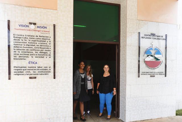 Las psicólogas Valia Solís Peraza (I), Roció Fernández Ruiz (C), Maibenis Aderreberes Ramos (D) brindan atención especializada sobre violencia de género a las mujeres o parejas que acuden a la consulta al ecuménico Centro Cristiano de Reflexión y Diálogo, en la ciudad de Cárdenas, en el occidente de Cuba. Crédito: Jorge Luis Baños/IPS