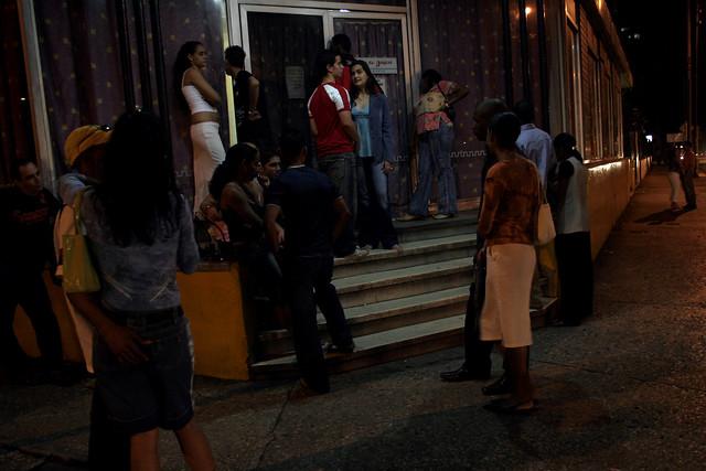 Varias parejas jóvenes hacen fila en la entrada de un restaurante, en el barrio del Vedado, en el municipio de Plaza de La Revolución, en La Habana, en Cuba. Crédito: Jorge Luis Baños/IPS