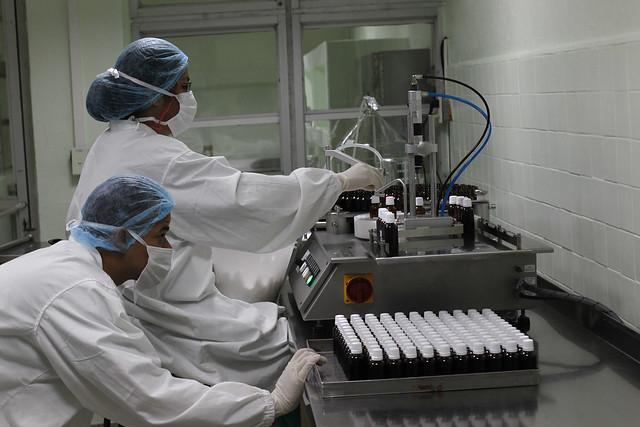 Personal técnico monitorea el proceso de producción de medicamentos, en un laboratorio perteneciente al estatal grupo empresarial Labiofam, en la occidental provincia Cienfuegos, en Cuba. El sector de la salud se considera uno de los que podría ser atractivo para la inversión externa. Crédito: Jorge Luis Baños/IPS