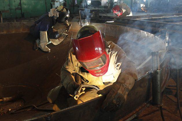 En el oriental municipio de Palma Soriano, algunos obreros laboran en uno de los talleres de la estatal Empresa de Servicios Técnicos Industriales, destinada a dar soporte técnico y de servicios a la industria azucarera de Cuba, con el fin de sustituir las importaciones en el sector. Crédito: Jorge Luis Baños/IPS