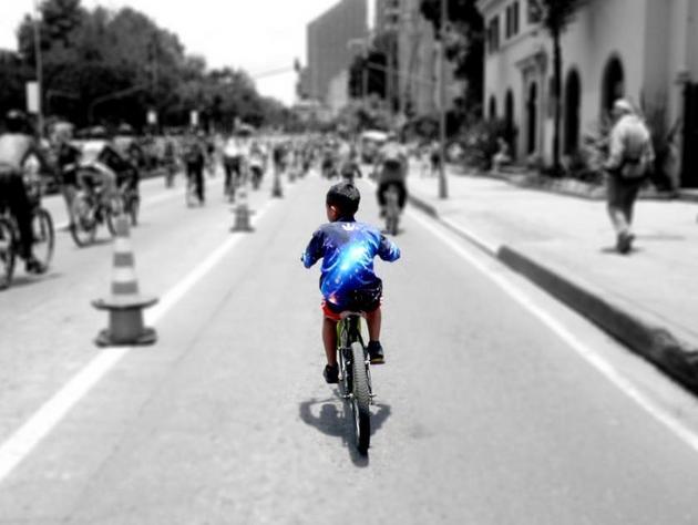Un niño disfruta sobre su bicicleta en la capital de Colombia. Crédito: Laura Dixon/ONU Medio Ambiente