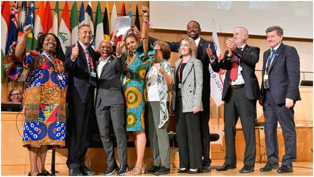 Algunos delegados en la Conferencia Internacional del Trabajo celebran la adopción del histórico Convenio sobre eliminación de la violencia y el acoso en el mundo del trabajo. Crédito: OIT