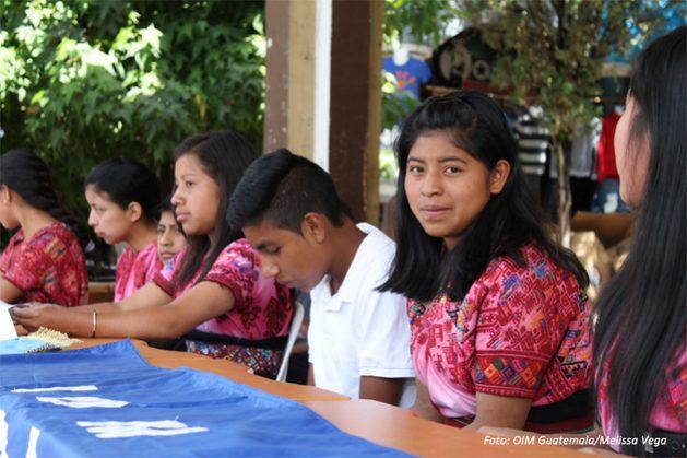Adolescentes indígenas de Guatemala cursos de adiestramiento de la Organización Internacional para las Migraciones, en una de las iniciativas para promover que tengan oportunidades laborales en sus territorios y reducir así la emigración en el país centroamericano. Crédito: OIM