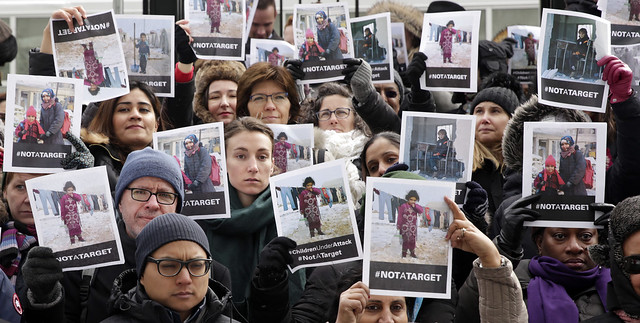 Personal de las Naciones Unidas en Nueva York sostiene carteles con fotos de niños y niñas en que subrayan que no son objetivos bélicos. El foro mundial alcanzó un acuerdo con las Fuerzas Democráticas de Siria para que dejen de usar a las niñas y niños como soldados y liberen a todos los menores de 18 años de sus filas. Crédito: Ryan Brown/ONU Mujeres