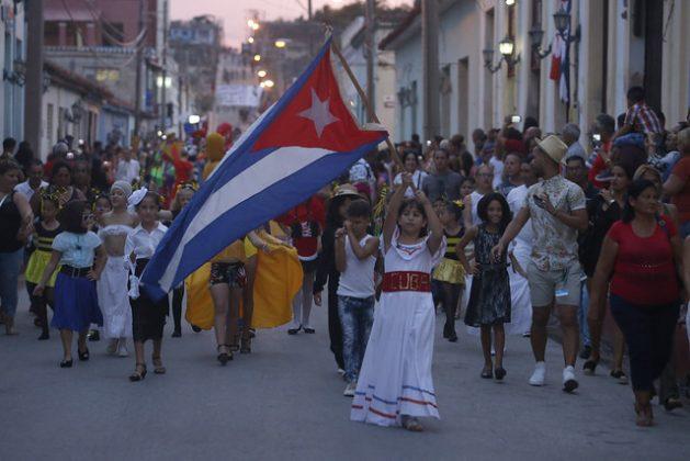 Niños y adultos desfilan por una de las calles de la ciudad de Gibara, en el este de Cuba, durante la inauguración de la 15 edición del Festival Internacional de Cine, que se realiza este año entre el 7 y el 13 de julio y que brinda creciente protagonismo a la conservación del ambiente. Crédito: Jorge Luis Baños/IPS