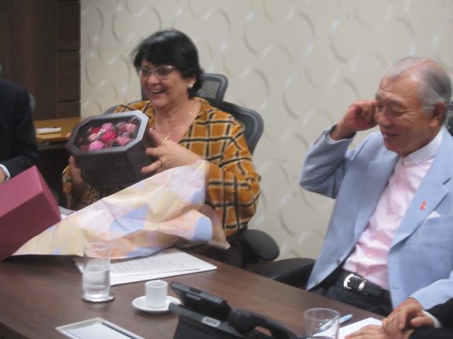 La ministra brasileña de la Mujer, la Familia y los Derechos Humanos, Damares Alves, recibe un presente de Yohei Sasakawa, presidente de la Fundación Nipona, al comienzo de un encuentro en Brasilia, en que la ministra prometió reforzar la asistencia a los afectados por la enfermedad de Hansen, incluyendo el pago de indemnizaciones a quienes en el pasado fueron aislados en leproserías. Crédito: Mario Osava/IPS