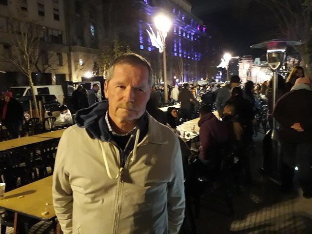 Juan Carr, fundador de la Red Solidaria, con la que asiste a personas en extrema pobreza en Argentina hace más de 20 años, en la Plaza de Mayo. Su llamado de atención luego de cinco muertes de personas sin techo en Argentina durante una ola de frío posibilitó que River Plate y otros clubes deportivos abrieran sus puertas e invitaran a dormir a la gente sin hogar. Crédito: Daniel Gutman/IPS