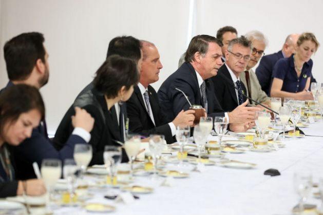 """El presidente Jair Bolsonaro, durante um desayuno con corresponsales extranjeros en Brasilia el viernes 19 de julio. En la rueda de prensa, el mandatário aseguró que el """"hambre en Brasil es una gran mentira"""", asi como la deforestación amazónica. También atacó groseramente a los nueve gobernadores de estados del Nordest y a la conocida periodista Miriam Leitão, al cine nacional, en opiniones que flexibilizó ante las replicas de los corresponsales. Crédito: Marcos Corrêa/PR"""