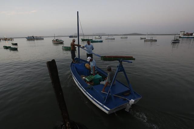 Cuatro tripulantes salen a su cotidiana faena pesquera en la pequeña embarcación Pepe, desde un muelle de la bahía de Gibara, en el municipio de la provincia de Holguín, en la región del Oriente cubano. Crédito: Jorge Luis Baños/IPS