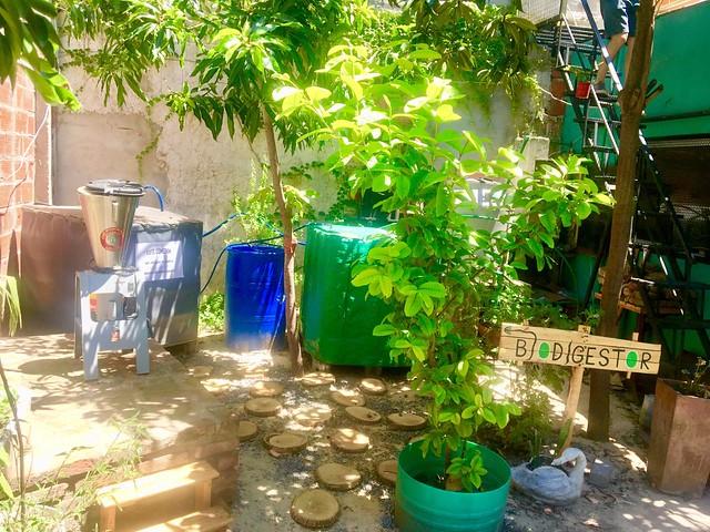 El biodigestor que produce biogás que sirve para cocinar en el comedor comunitario En Haccore de Ciudad Oculta, un asentamiento precario de Buenos Aires. Los residuos restantes son utilizados como fertilizante en la huerta que funciona en el techo de la instalación y para optimizar la producción de compost. Crédito: Cortesía de CeSus