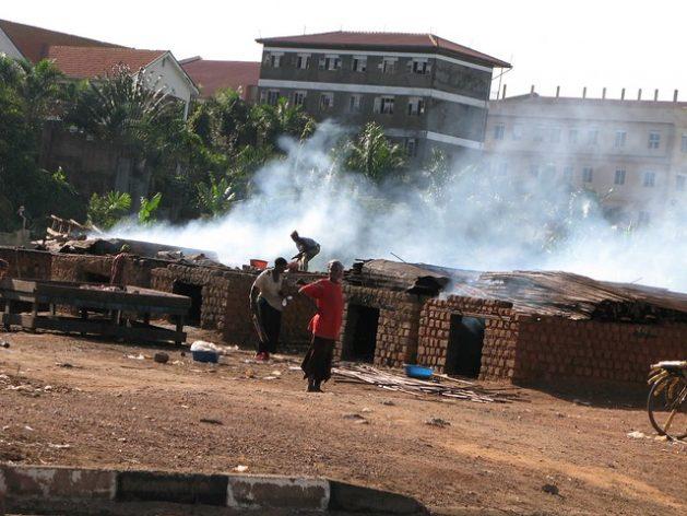 Desplazados en Ggaba, en Uganda, cocinan pescado en hornos humeantes. ONU Medio Ambiente estimó que los hornos de ladrillos llegaron a quemar 52.000 árboles anuales. Crédito: Pius Sawa/IPS