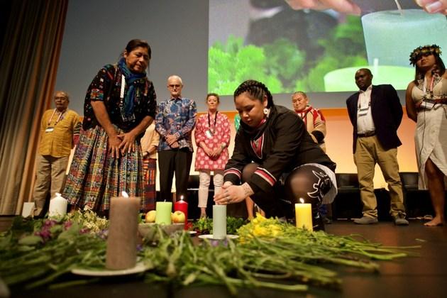La iluminación de las velas, una ceremonia que simboliza respeto a los diferentes elementos que incluyen el sol, la noche, los lugares fríos, el aire, el cosmos y la Madre Tierra, escenificada durante el Foro Global de Paisajes 2019, en la ciudad alemana de Bonn. Crédito: Pilar Valbuena/ GLF