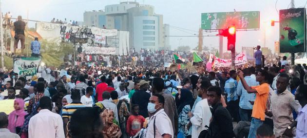 Manifestantes protestan frente al cuartel general del ejército sudanés, en Jartum en una de las numerosas movilizaciones populares ocurridas este año para forzar la dimisión como presidente de Omar Hassan al Bashir, primero, y para que el Consejo Militar de Transición que se abrogó el poder desde abril de paso a un gobierno civil que convoque a elecciones. Crédito: Ayman Suliman/ONU Sudán