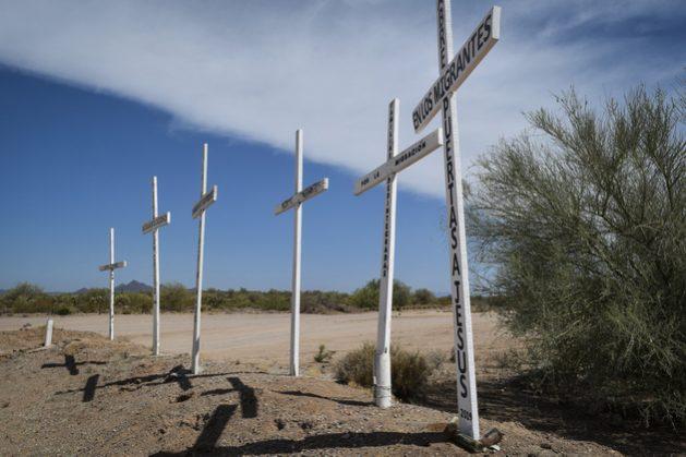 Cruces alusivas a los migrantes en el desierto de Sonora. Crédito: Andro Aguilar/En el Camino