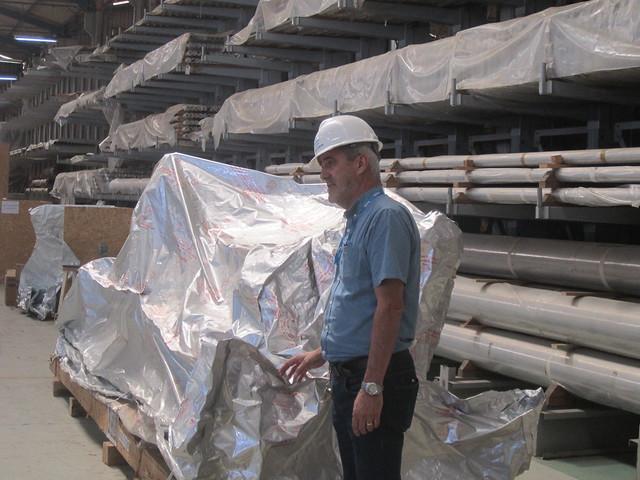 Algunos de los equipos adquiridos para la proyectada Angra 3, muchos desde los años 80, almacenados en espera que se construya la tercera central nuclear brasileña, con potencia de 1.405 megavatios. Suman 8.000 objetos mantenidos en 32 depósitos. Concluir la central costará cerca de 3.900 millones de dólares, pero descartarla costaría dos tercios de esa suma sin rédito alguno. Crédito: Mario Osava/IPS
