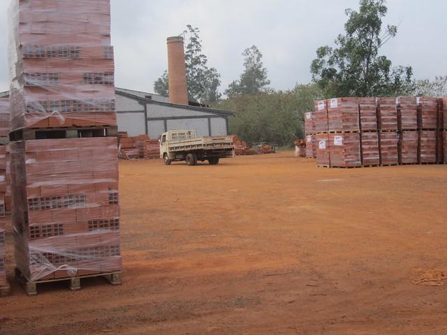 Parte de Cerámica Stein, cuya prosperidad y producción ecológica se debe al biogás que produce con los excrementos de 3.300 cerdos. La fábrica produce mensualmente ladrillos suficientes para construir 200 viviendas de 60 metros cuadrados, en el estado de Paraná, en la frontera de Brasil con Paraguay. Crédito: Mario Osava/IPS