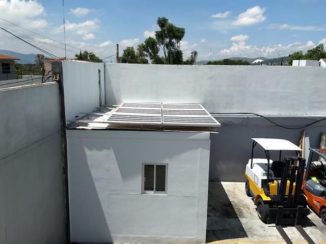 El estado de Oaxaca desaprovecha su gran potencial para generar electricidad con la radiación solar. En la imagen, un techo solar en una fábrica de paneles fotovoltaicos en la ciudad de Oaxaca, capital del estado del suroeste de México. Crédito: Emilio Godoy/IPS