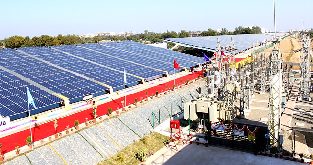 Una planta de energía solar de 10 megavatios, ubicada sobre los canales de riego de Vodadara, en el occidental estado indio de Gujarat, proporciona energía limpia a miles de agricultores. Crédito: Manipadma Jena / IPS