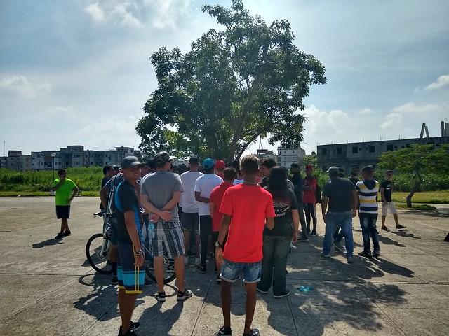 Jóvenes, en su mayoría varones, escuchan a los administradores de Snet congregados en un parque frente al Ministerio de las Comunicaciones, sobre la solución propuesta por las autoridades para mantener la existencia de la red comunitaria que abastece a unas 120.000 personas en La Habana, en Cuba. Crédito: Ivet González/IPS