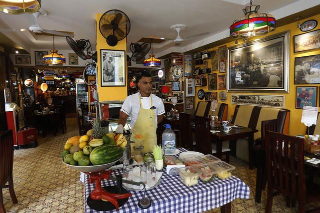 Un camarero espera la llegada de clientes en el interior de un restaurante privado, ubicado en el casco histórico de La Habana Vieja, en la capital de Cuba. Las remesas han contribuido a impulsar pequeños negocios familiares en el país. Crédito: Jorge Luis Baños/IPS