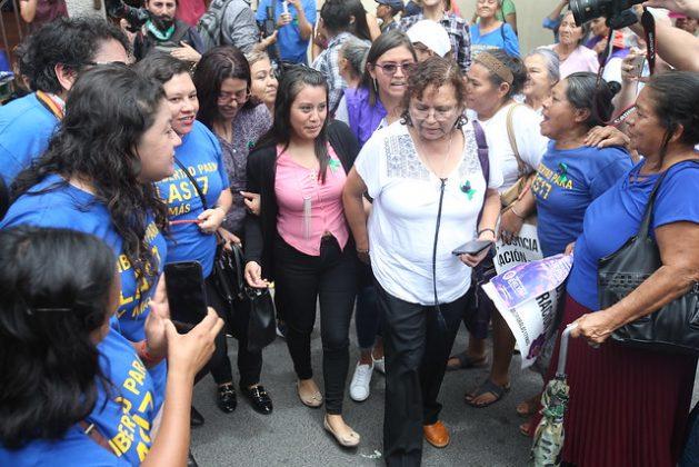 Evelyn Hernández, de 21 años, en el centro con camisa rosada, es vitoreada a la salida del juzgado de la ciudad de Cojutepeque, luego de ser absuelta y quedar libre tras una condena a 30 años en 2017 por la interrupción involuntaria de su embarazo. Esa sentencia fue anulada después por la Corte Suprema de Justicia, que ordenó un nuevo juicio. La joven pasó casi tres años en prisión y aún permanecen 16 mujeres presas en El Salvador por casos de aborto o complicaciones obstétricas. Crédito: Francisco Campos/IPS