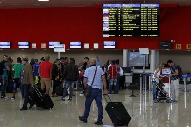Viajeros ante los mostradores de salida de la terminal internacional del Aeropuerto Internacional José Martí, en la capital de Cuba, que es ahora el punto de partida de los ciudadanos que quieren migrar a Estados Unidos, y lo hacen viajando a un país latinoamericano, desde donde emprenden viaje hasta algún punto fronterizo de México con ese país. Crédito: Jorge Luis Baños/IPS