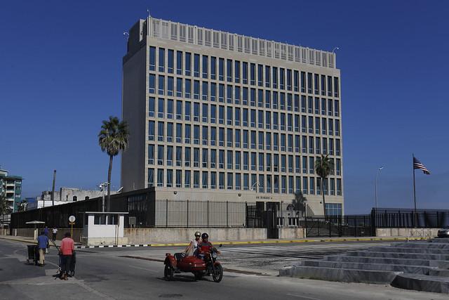 Vista exterior del ahora solitario edificio que alberga la sede de la embajada de Estados Unidos en La Habana, ubicado en el barrio del Vedado, junto al famoso malecón de la capital de Cuba, y prácticamente sin actividades desde 2018. Crédito: Jorge Luis Baños/IPS