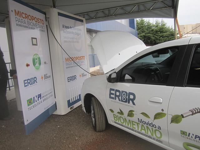 Un Micropuesto, como se llama la minicentral de refinación de biogás para el abastecimiento de vehículos con el biometano. Fue diseñado para granjas y haciendas porcinas y avícolas, que pueden convertirse en autónomas en materia de combustible, produciendo el biogás para su flota y para otras necesidades energéticas. Crédito: Mario Osava/IPS