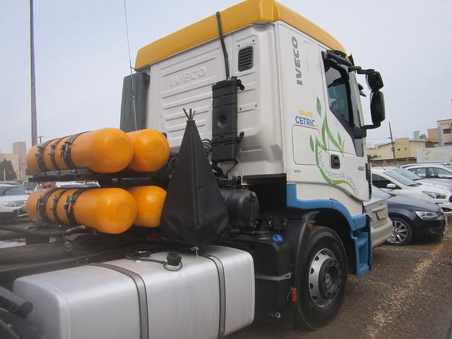 Un camión, parte de la flota de vehículos que usa biogás y biometano como combustible en Chapecó, la capital occidental del estado de Santa Catarina, en el sur de Brasil, con importantes granjas y frigoríficos de cerdos y aves. La agroindustria cárnica impulsó la prosperidad de la región, que podrá beneficiarse más aún con subproductos energéticos de la porcicultura y avicultura. Crédito: Mario Osava/IPS