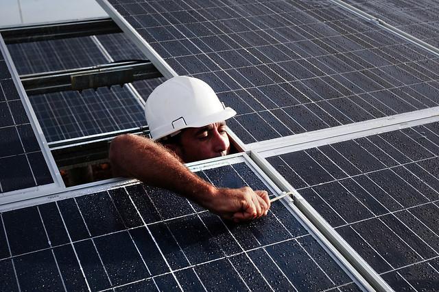 Un operario de la empresa eléctrica realiza el montaje de paneles solares en el parque fotovoltaico ubicado al oeste de La Habana, en el recinto ferial de Expo Cuba. Crédito: Jorge Luis Baños/IPS