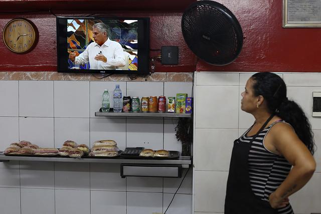 Una dependienta observa la imagen en un televisor del presidente de Cuba, Miguel Díaz-Canel, durante el anunció de la aplicación de restricciones especiales para afrontar la actual crisis de suministro energético por la que atraviesa la nación caribeña. Crédito: Jorge Luis Baños/IPS
