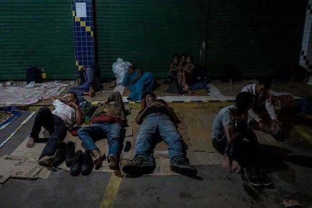Al final de la tarde, mientras muchos regresan a Venezuela con sus compras, los refugiados comienzan a recoger cartones de la basura para dormir, ya que los refugios locales no dan a basto con la afluencia de refugiados. Crédito: Bram Ebus/CrisisGroup