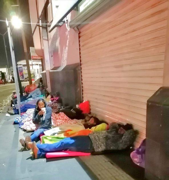 Migrantes procedentes del estado de Zacatecas duermen en las calles de Ciudad Juárez, en la frontera de México con Estados Unidos, en espera que los funcionarios migratorios estadounidenses le concedan asilo. Crédito: La Verdad/En el Camino
