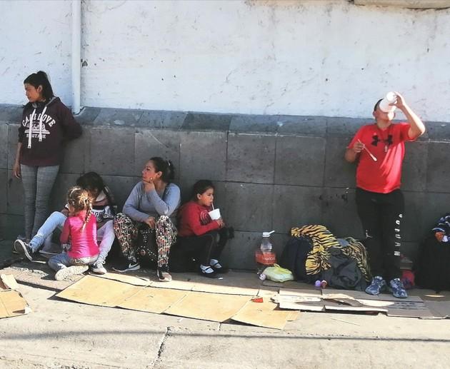 Una familia de desplazados del violento estado mexicano de Michoacán, en una calle de la norteña y fronteriza Ciudad Suárez, que esperan obtener asilo en Estados Unidos. Crédito: La Verdad/En el Camino