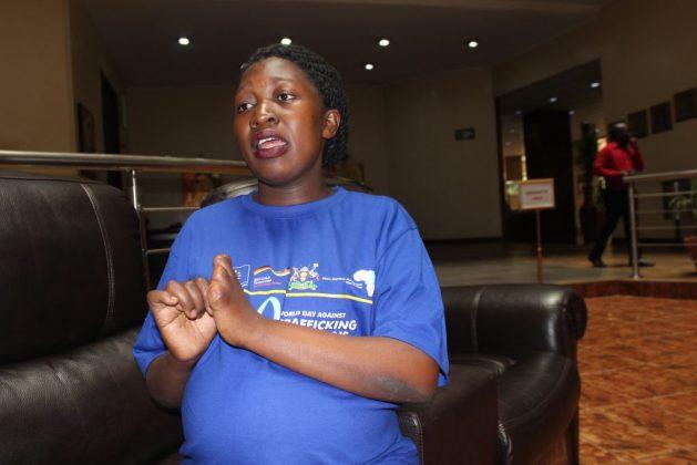 Zubedah Nakitende, una víctima ugandesa de tráfico y trata de personas. Su empleador en Jordania le dio una crema para sus manos heridas de tanto trabajo, que resultó ser un ácido. Cuatro dedos de su mano derecha estaban tan dañados que tuvieron que apuntárselos cuando la devolvieron al país. Crédito: Wambi Michael / IPS