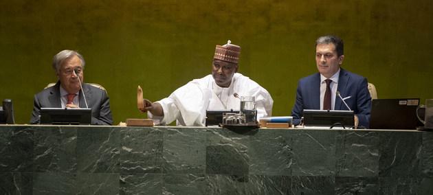 El presidente del 74 período de sesiones de la Asamblea General de las Naciones Unidas,Tijjani Muhammad-Bande (centro), durante la sesión de apertura. Crédito: Cia Pak/ONU