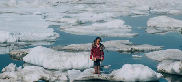 Una niña camina por las capas de hielo del Ártico en Barrow, Alaska. La pérdida de hielo en el Ártico es uno de los efectos del calentamiento global. Crédito: Vlad Sokhin/Unicef