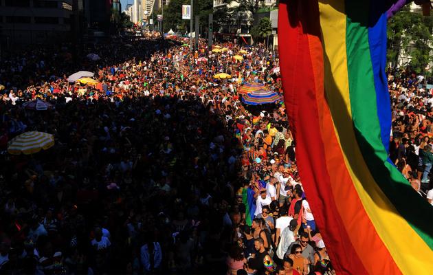 """Parada del movimiento LGBTI en junio, en São Paulo. La jornada del """"orgullo gay"""" reúne a millones de personas cada año en las grandes ciudades de Brasil y las manifestaciones festivas adquirieron esta vez un tinte de protesta contra el presidente Jair Bolsonaro por sus manifestaciones homófobas. Las manifestaciones contra el gobernante de extrema derecha han sido una constante también en festivales y otros actos culturales desde enero. Crédito: Paulo Pinto/Fotos Públicas"""