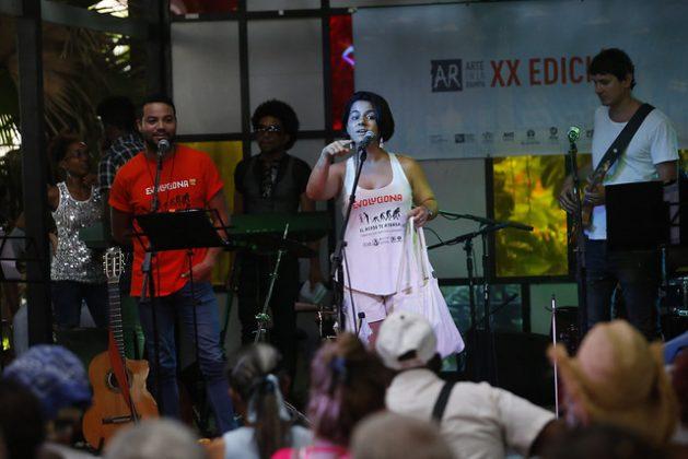Activistas de la campaña #Evoluciona abordan diferentes manifestaciones de violencia de género, en especial el acoso, tanto en las redes sociales como en los espacios públicos. En la imagen, una actividad en la peña Tres Trazas, que realizaron en julio y agosto en el Pabellón Cuba, en La Habana. Crédito: Jorge Luis Baños/IPS