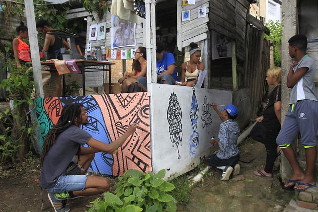 Artistas cubanos convocados por el proyecto de arte Tercer Paraíso/Embajada Rebirth decoran fachadas de viviendas en Los Pocitos, en el municipio de Marianao, uno de los que conforman La Habana, durante la segunda edición del Festival de Arte e Innovación Social. Crédito: Jorge Luis Baños/IPS