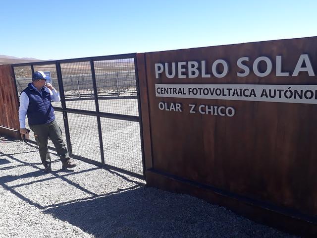 Ernesto García, jefe de operaciones de la Empresa Jujeña de Energía (Ejesa), al ingreso de la Central Fotovoltaica de Olaroz. Este pueblo se convirtió en enero en el primer pueblo solar de la provincia de Jujuy, en el extremo noroccidental de Argentina y cuyo gobierno busca aprovechar la privilegiada radiación solar en la ecorregión altiplánica de la Puna. Crédito: Daniel Gutman/IPS