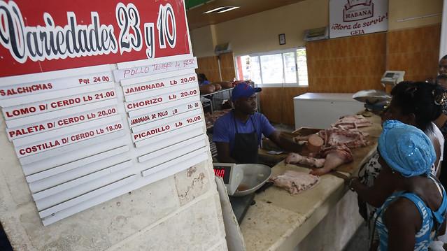 Una pizarra informativa muestra los precios del día de los pocos productos cárnicos que se expanden en un mercado estatal, en el barrio de Vedado, en La Habana. Crédito: Jorge Luis Baños/IPS