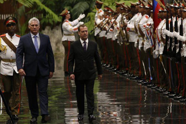 El presidente de Cuba, Miguel Díaz-Canel (D), y el primer ministro de Rusia, Dimitri Medvedev, pasan revista a la guardia de honor el 3 de octubre, durante la primera jornada de una visita oficial de dos días del político ruso a La Habana. Crédito: Jorge Luis Baños/IPS