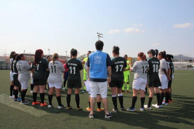 Los equipos femeninos de los Centros Comunitarios Juveniles reciben la charla de inducción por parte de los árbitros voluntarios previo al partido. Crédito: Pamela Villars/Acnur