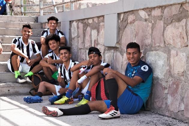 El equipo masculino de El Edén descansa después del amistoso contra Los Claveles. Crédito: Pamela Villars/Acnur