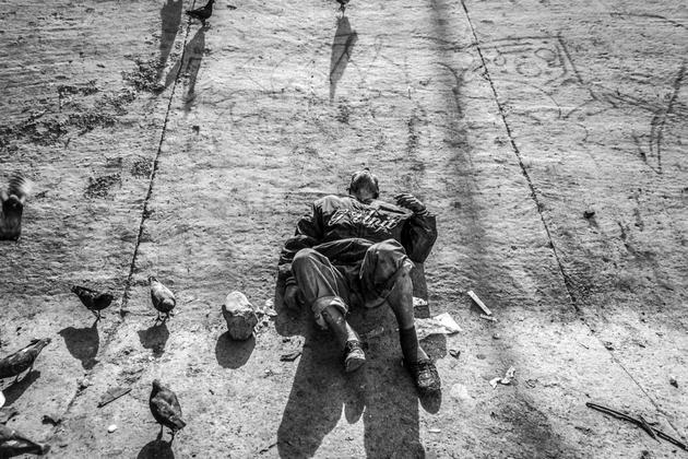 Un usuario de heroína disfruta una dosis recostado en uno de los tantos puntos que hay en la frontera de Tijuana. Crédito: Arthur Debruyne/Pie de Página