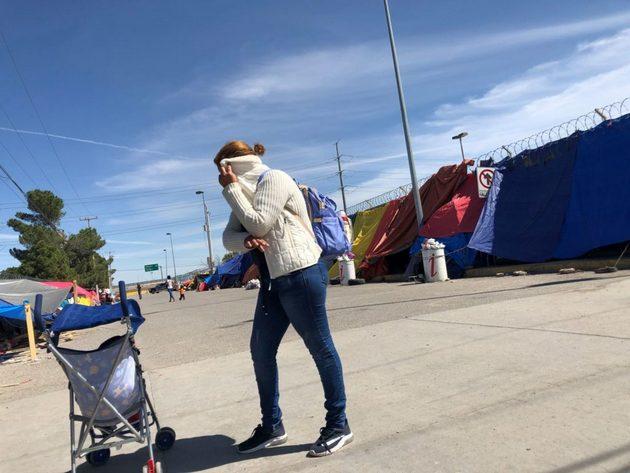 Campamento de desplazados aledaño al puente internacional Zaragoza, en la fronteriza Ciudad Juárez, en México. Crédito: Rocío Gallegos/La Verdad