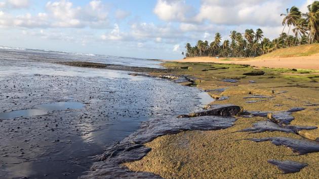Toneladas de petróleo estacionadas en la playa de Forte, en el estado de Bahia, en el Nordeste de Brasil, el 21 de octubre, que dan muestra del tamaño del desastre ambiental en el litoral atlántico del país. Crédito: Instituto Bioma/Fotos Públicas